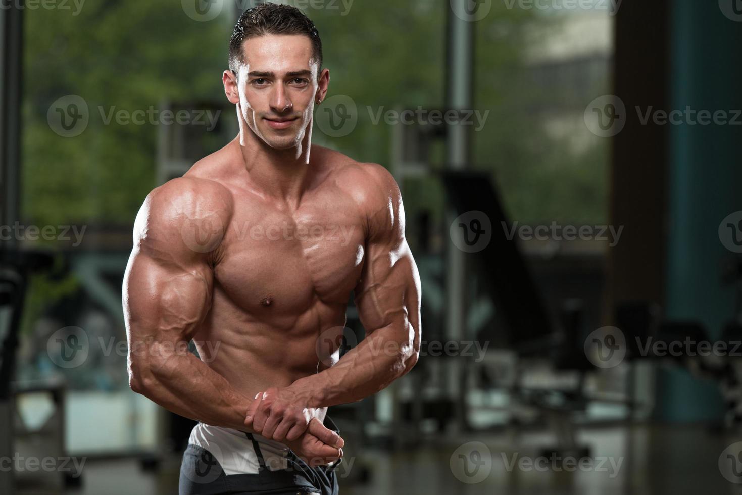 muskulösa män som böjer muskler foto