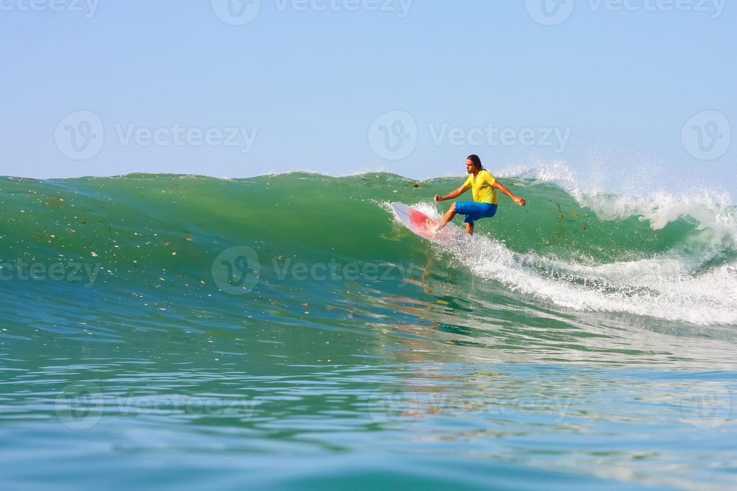 surfar en våg. foto