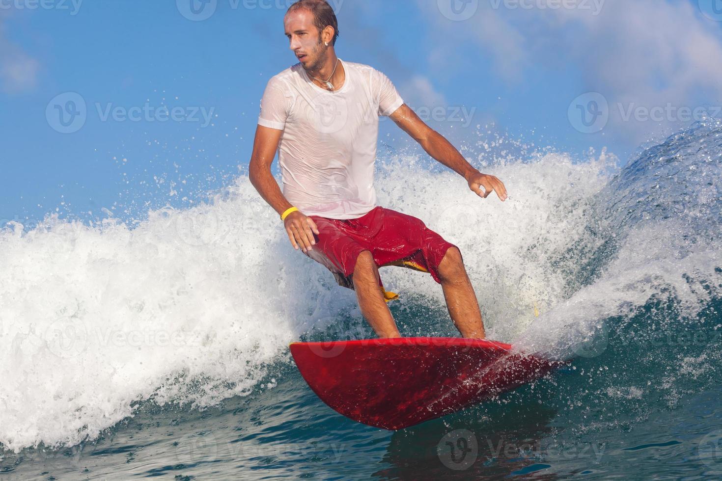 surfar en våg. bali ö. indonesien. foto