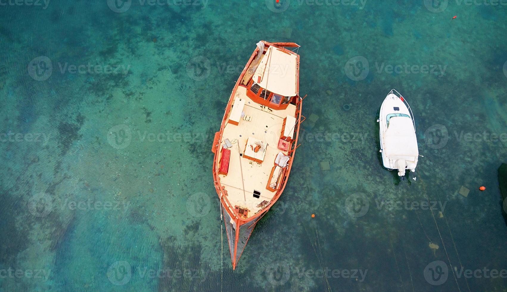 Flygfoto över ett träbåt i havet foto