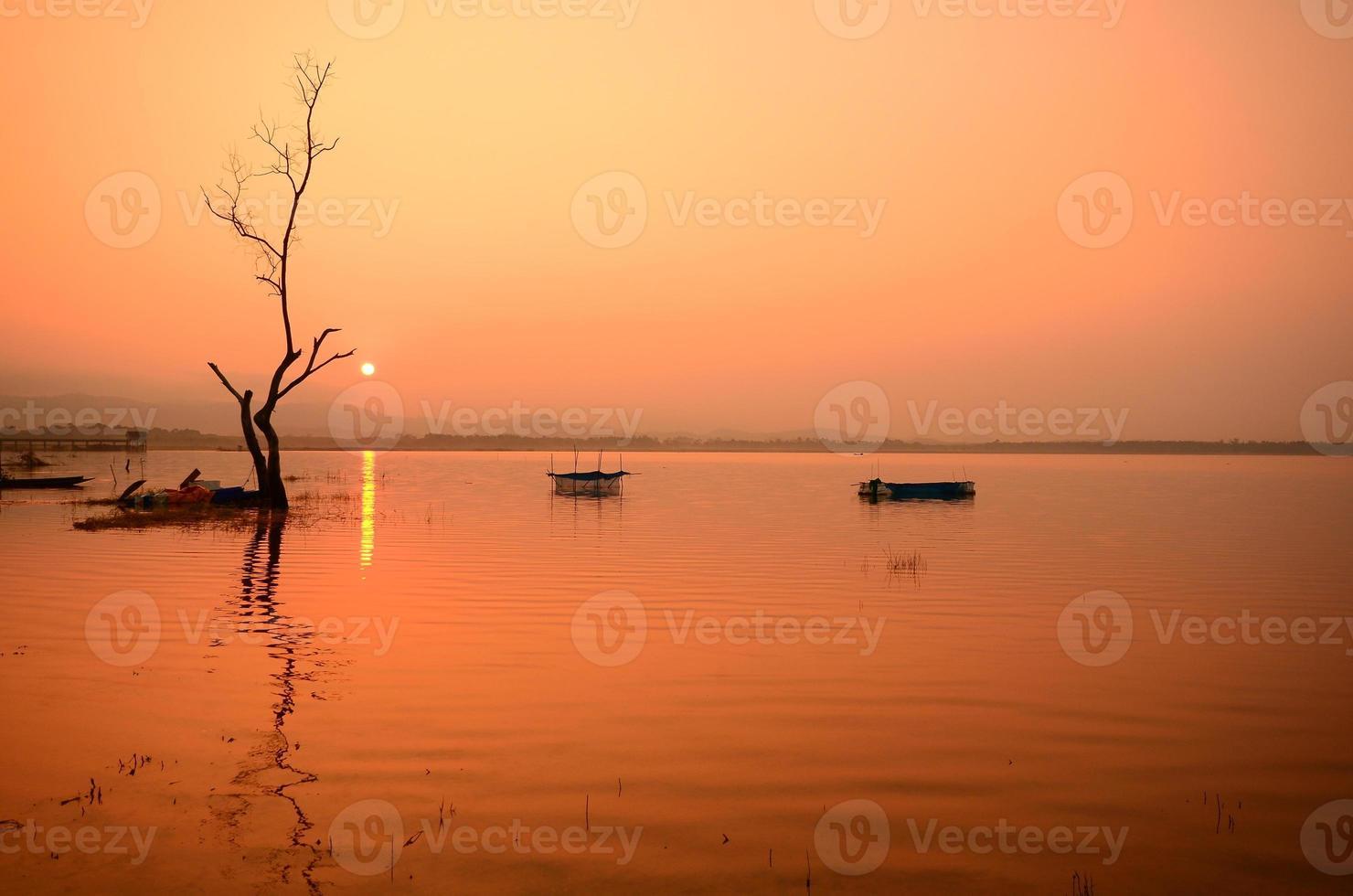 natursköna sjön vid soluppgången foto