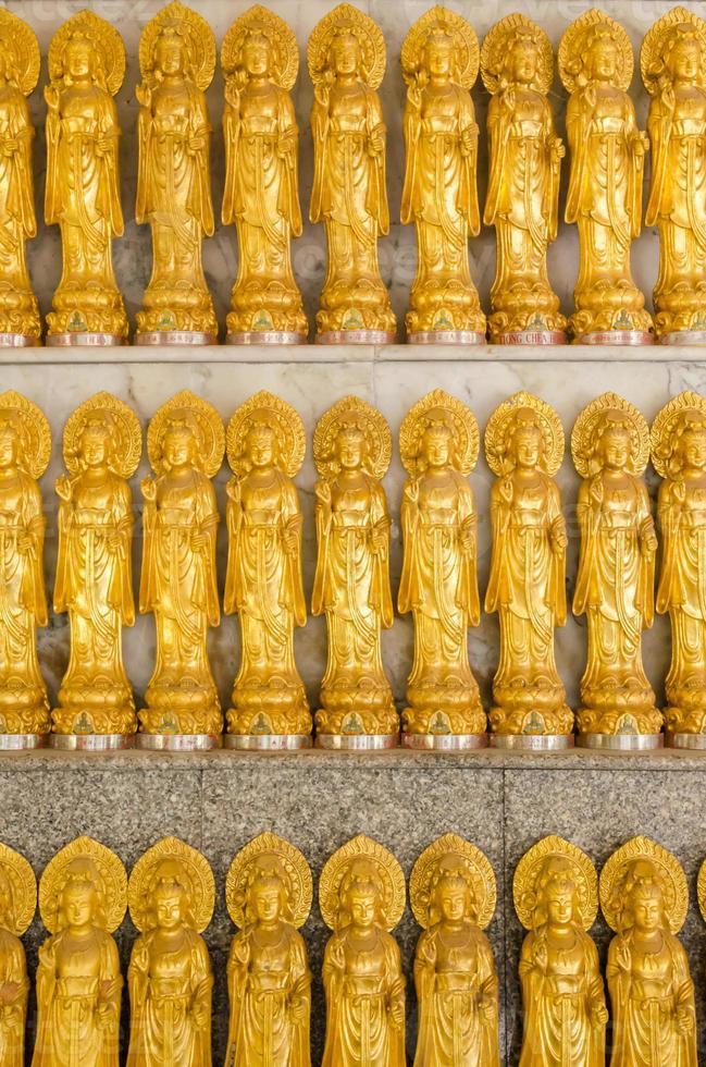 rader med guanyin kinesiska gudinnastatyer i Thailand foto