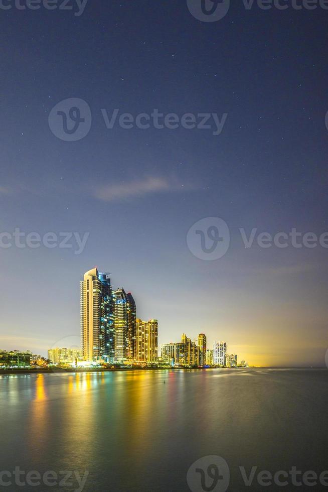 skyline av miami soliga öar på natten med reflektioner foto