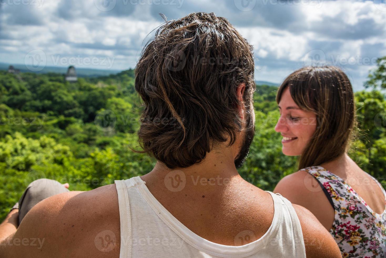par som reser Guatemala, utsikt över regnskog och maya-ruiner. foto