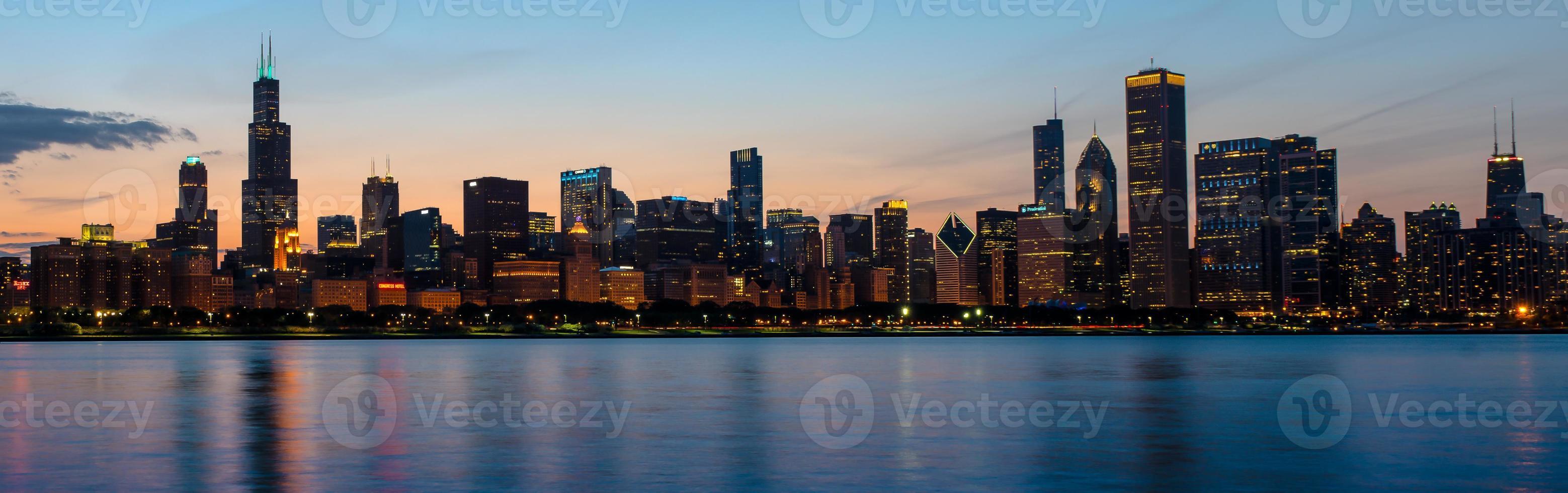 chicago skyline i skymningen huvudsakliga tre byggnader foto