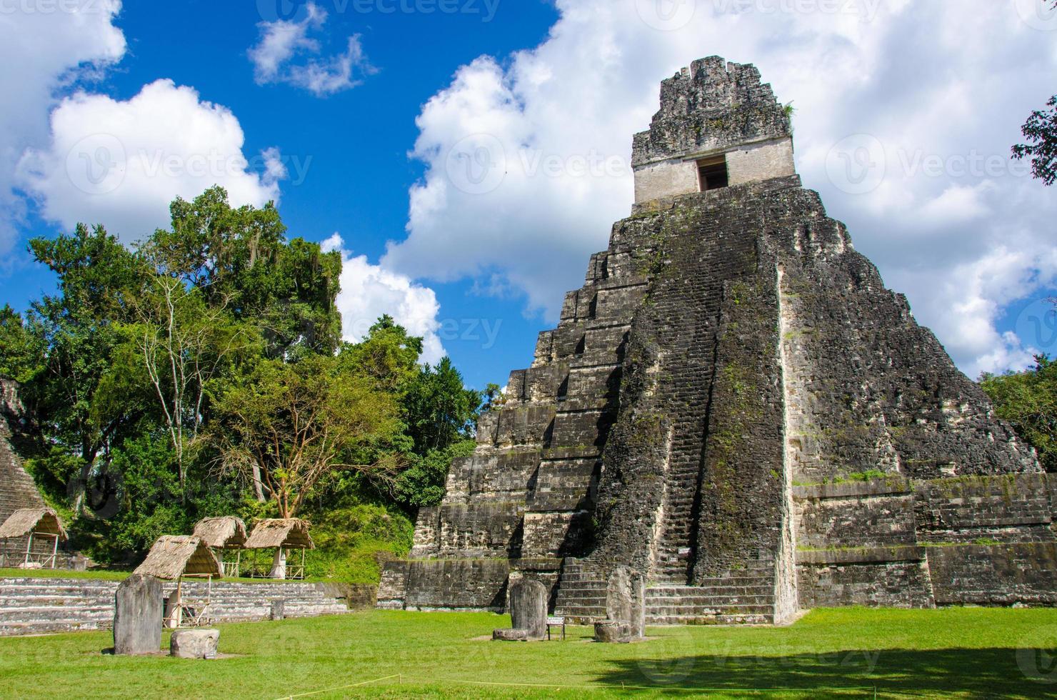 tikal ruiner och pyramider foto