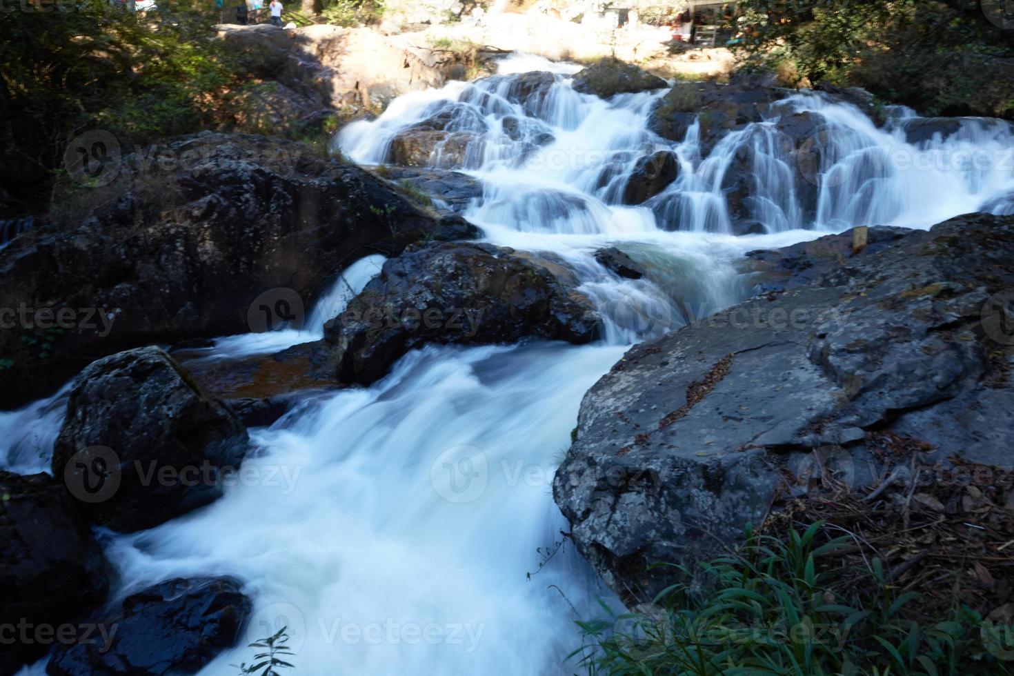 vattenfall i skogen i Vietnam foto