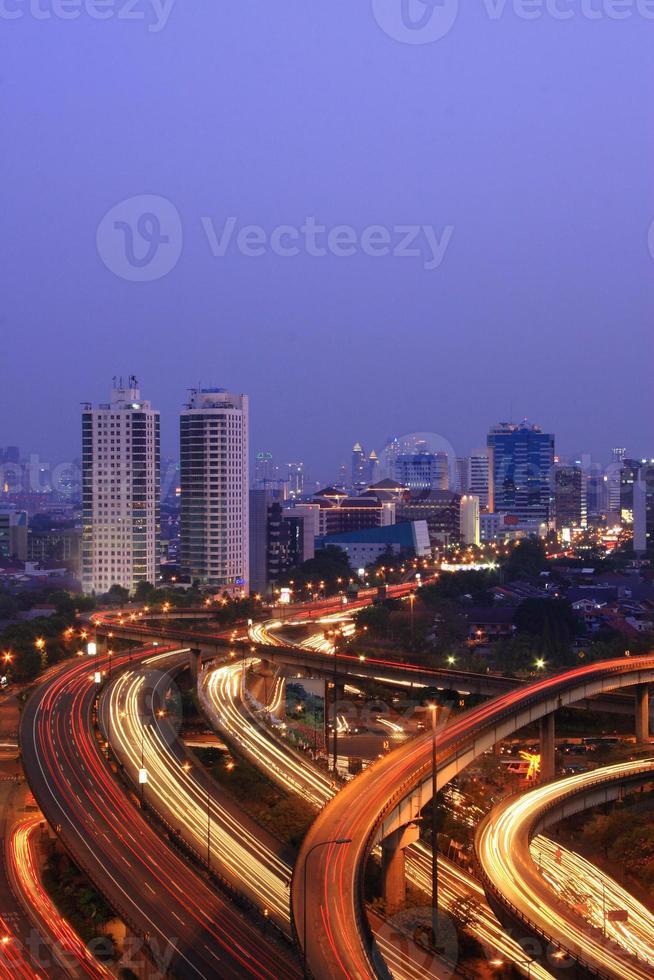 stadstrafik i skymningen foto