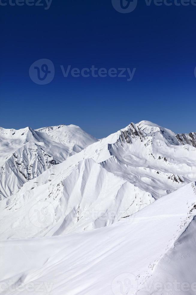 off-piste sluttning och blå klar himmel i soldag foto
