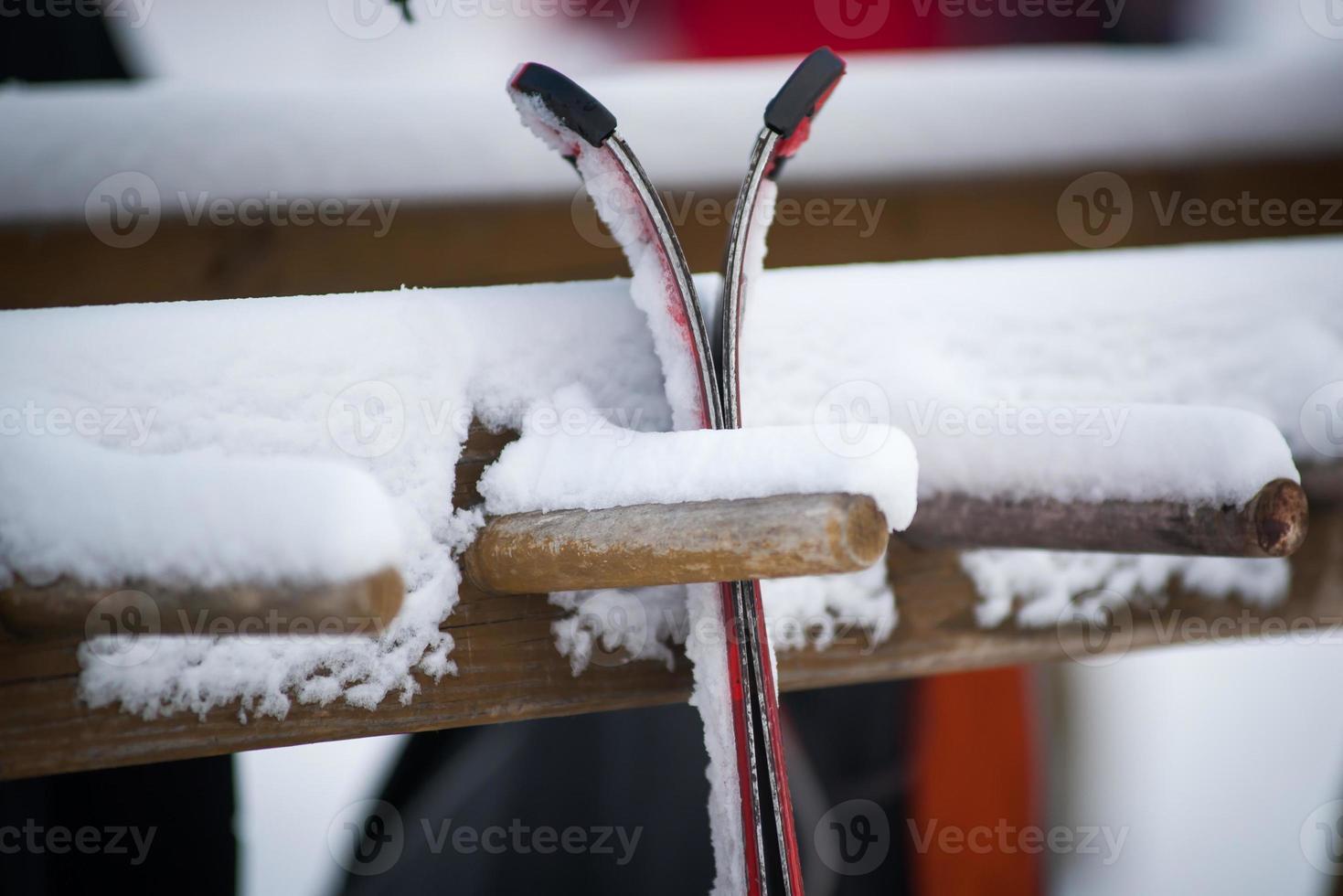 parkerade skidor foto