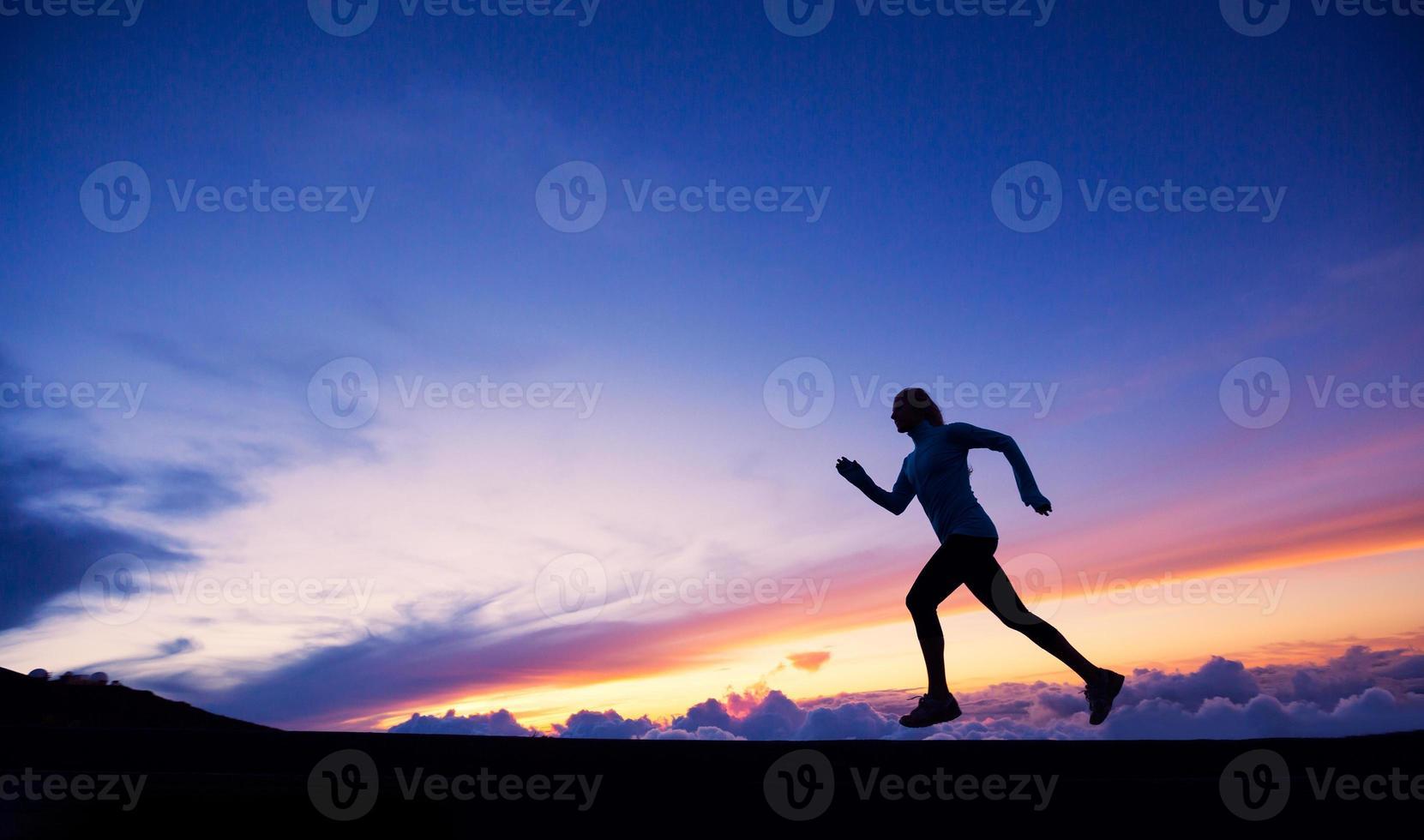 kvinnlig löpare silhuett, springer till solnedgången foto