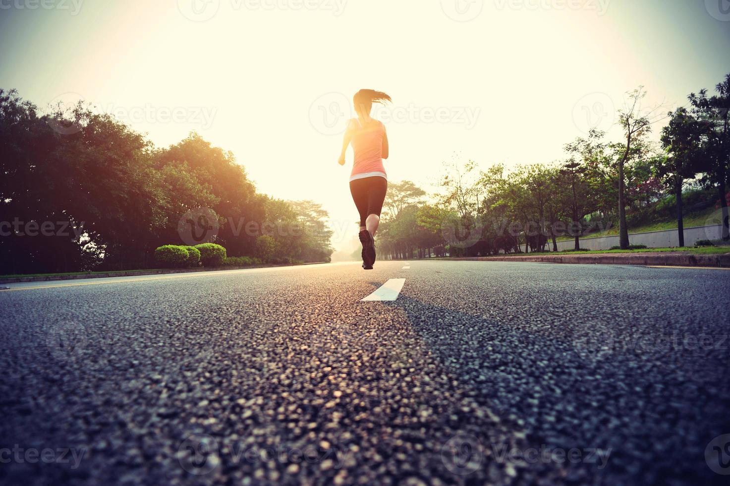 löpare idrottare kör på vägen. foto