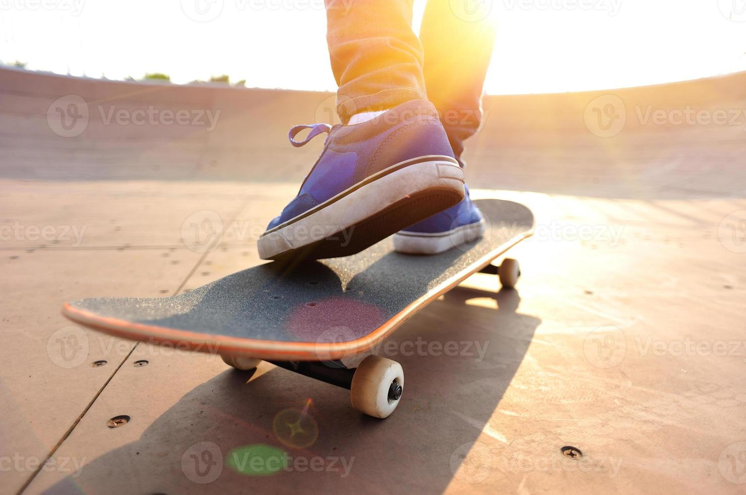 skateboarder på skatepark foto