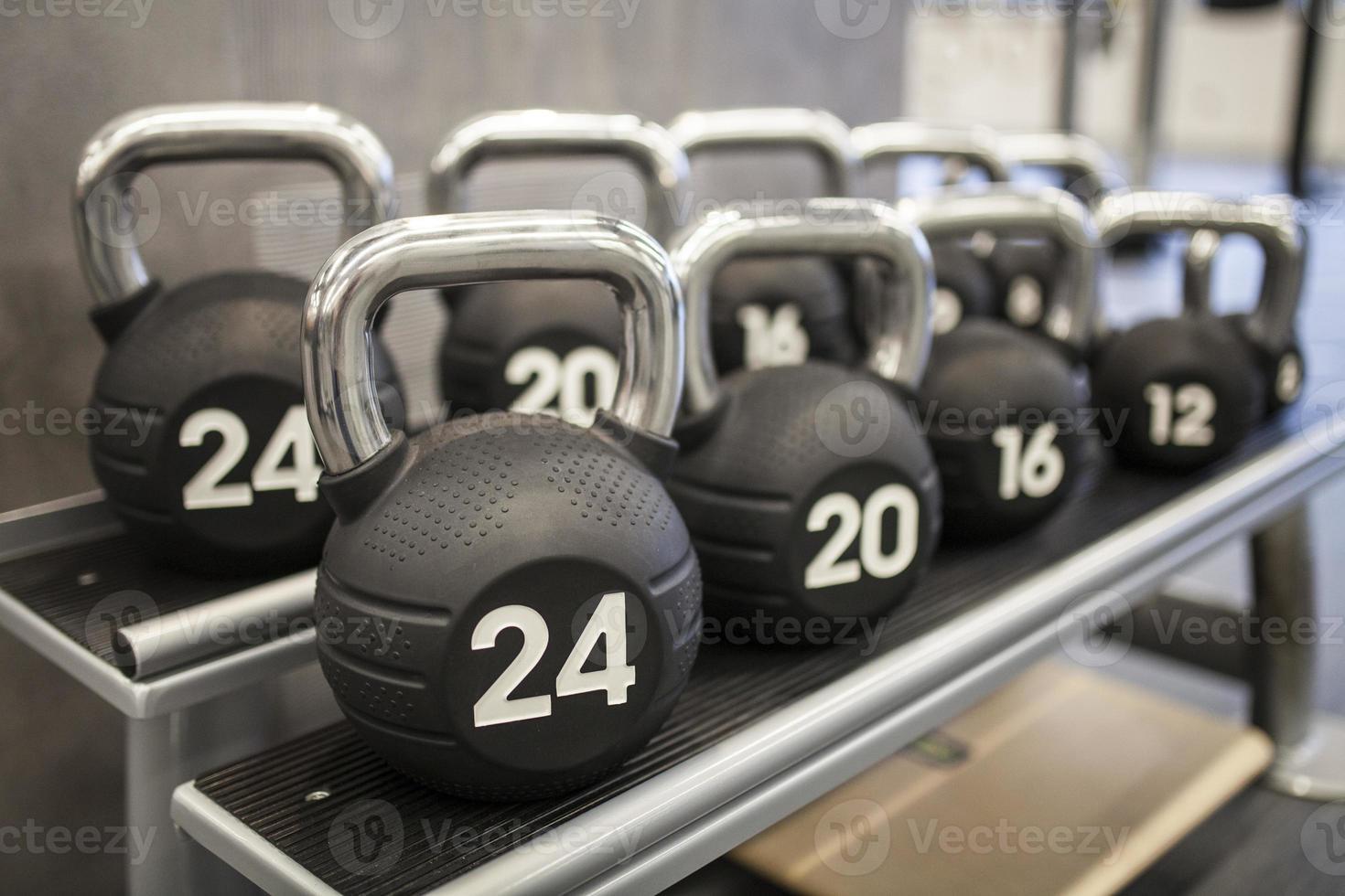 tunga kettlebellsvikter i ett träningscenter foto