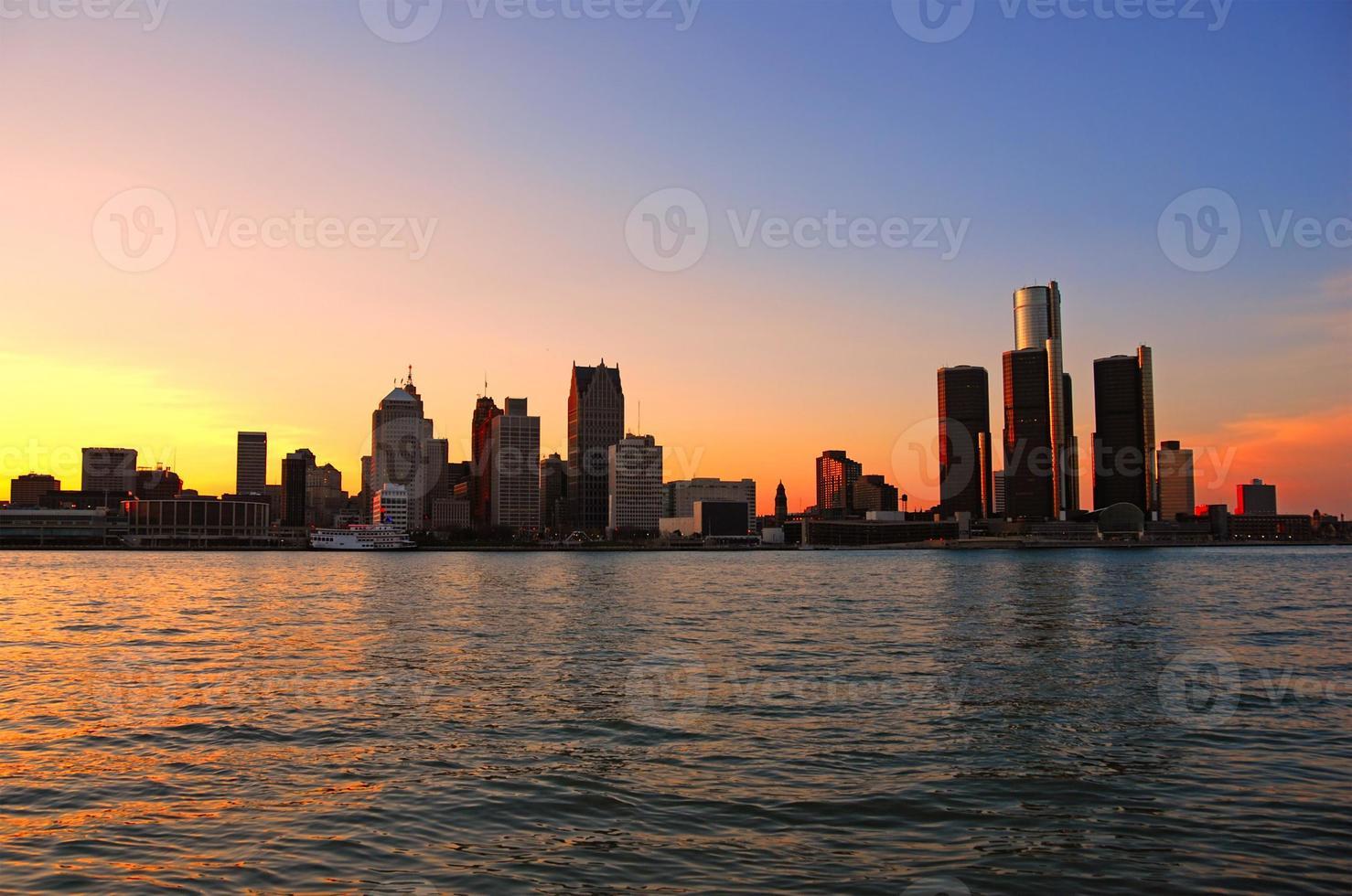 en vacker solnedgång över en kuststad foto