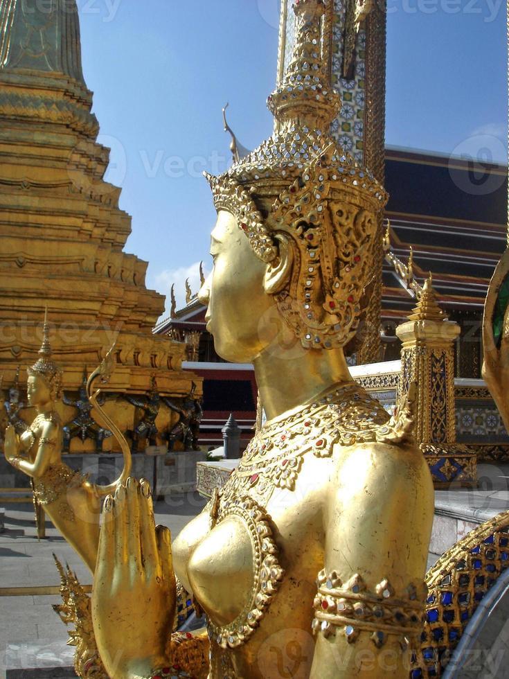 staty av en kinnara i wat phra kaew foto