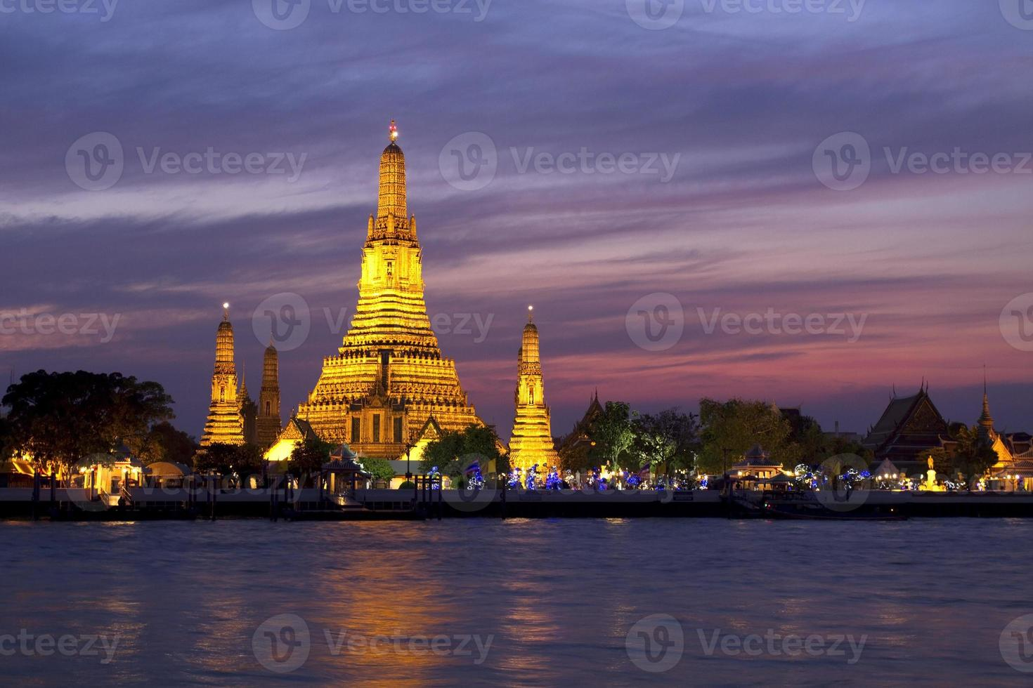 wat arun över floden Chao Phraya foto