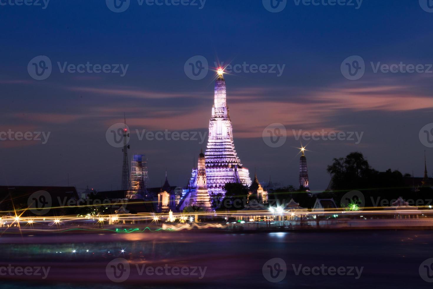 wat arun över floden Chao Phraya under solnedgången foto