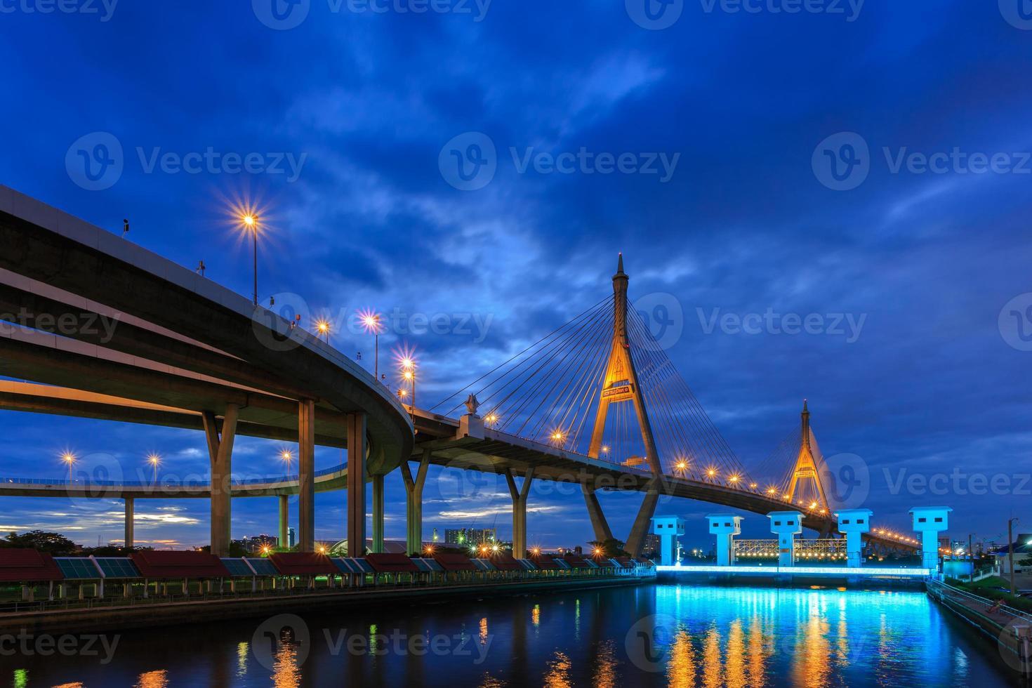 bhumibol bridge vid skymningen, bangkok, Thailand foto