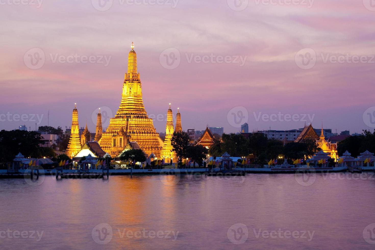 wat arun i rosa solnedgångsskymning, bangkok, Thailand foto