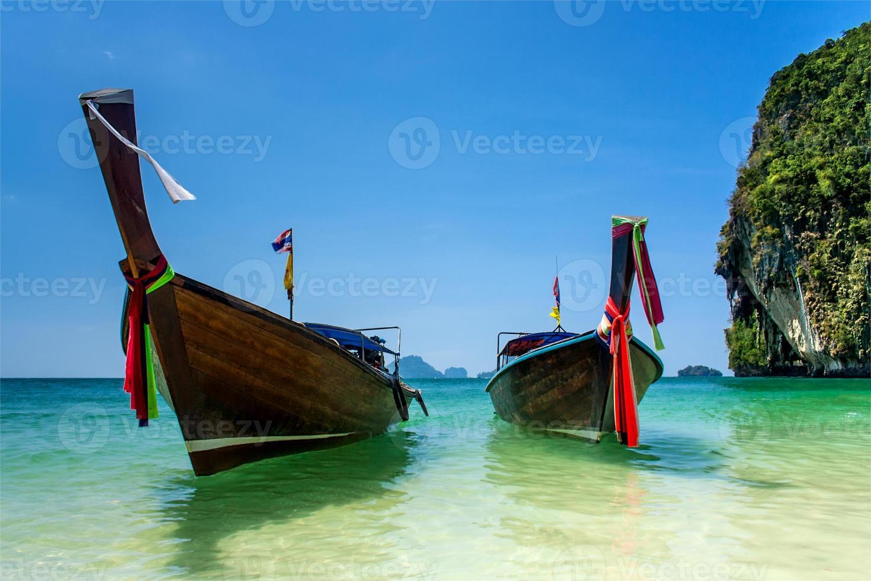 två longtailbåtar i Andamanhavet foto