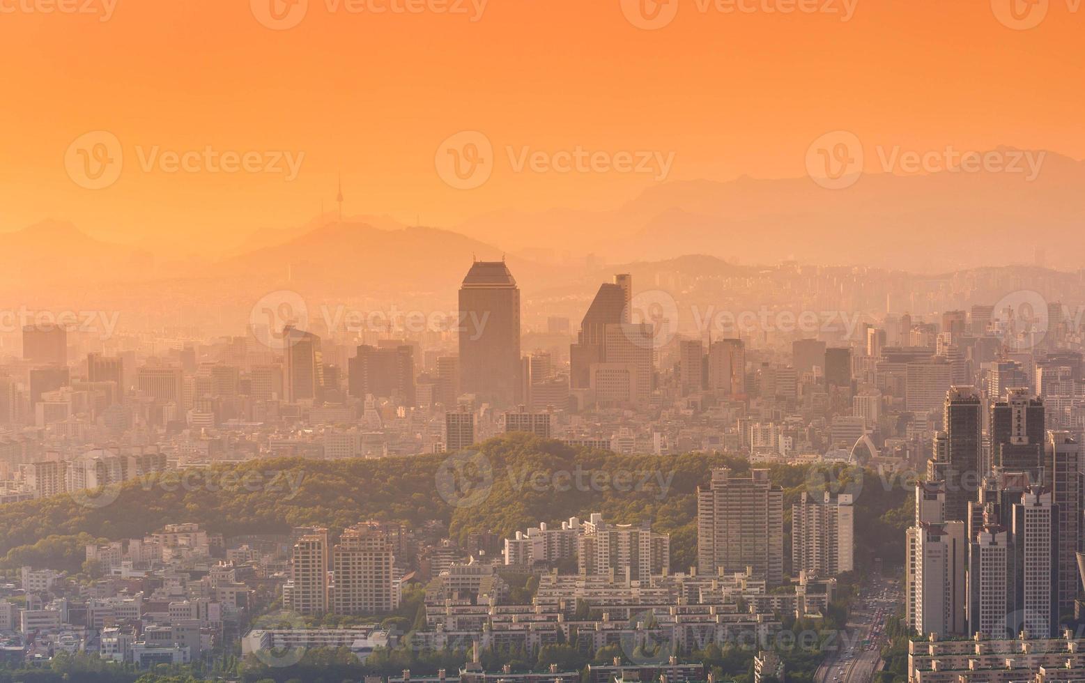 Seoul City och centrum horisont i solnedgången i dimmig dag. foto