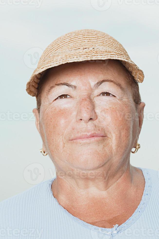 kvinna som bär en stråhatt foto
