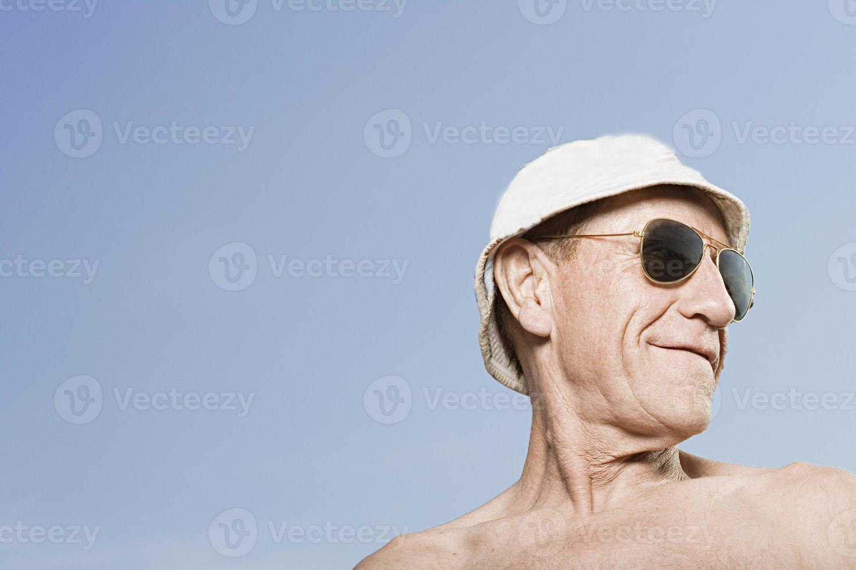 man bär solskydd och solglasögon foto