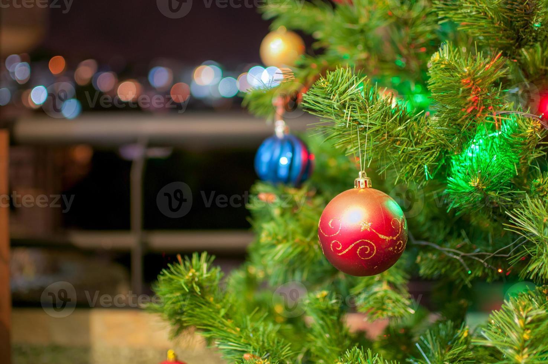 julgran detalj med struntsaker och ljus foto