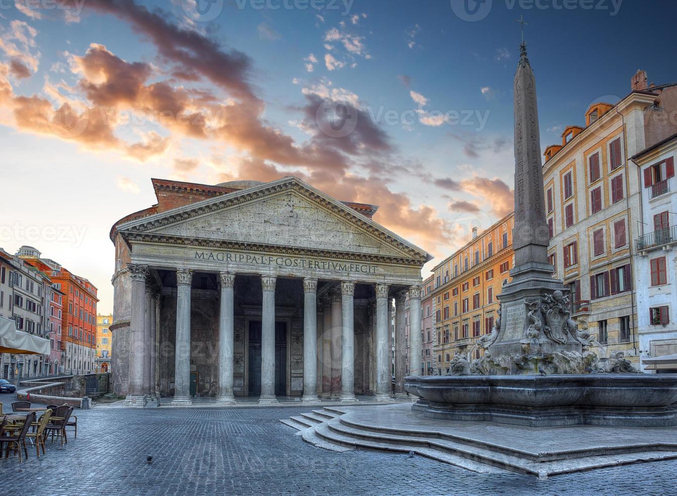 utsikt över pantheon på morgonen. rom. Italien. foto