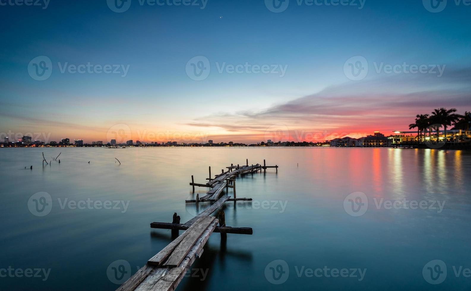 träplattform i solnedgången foto