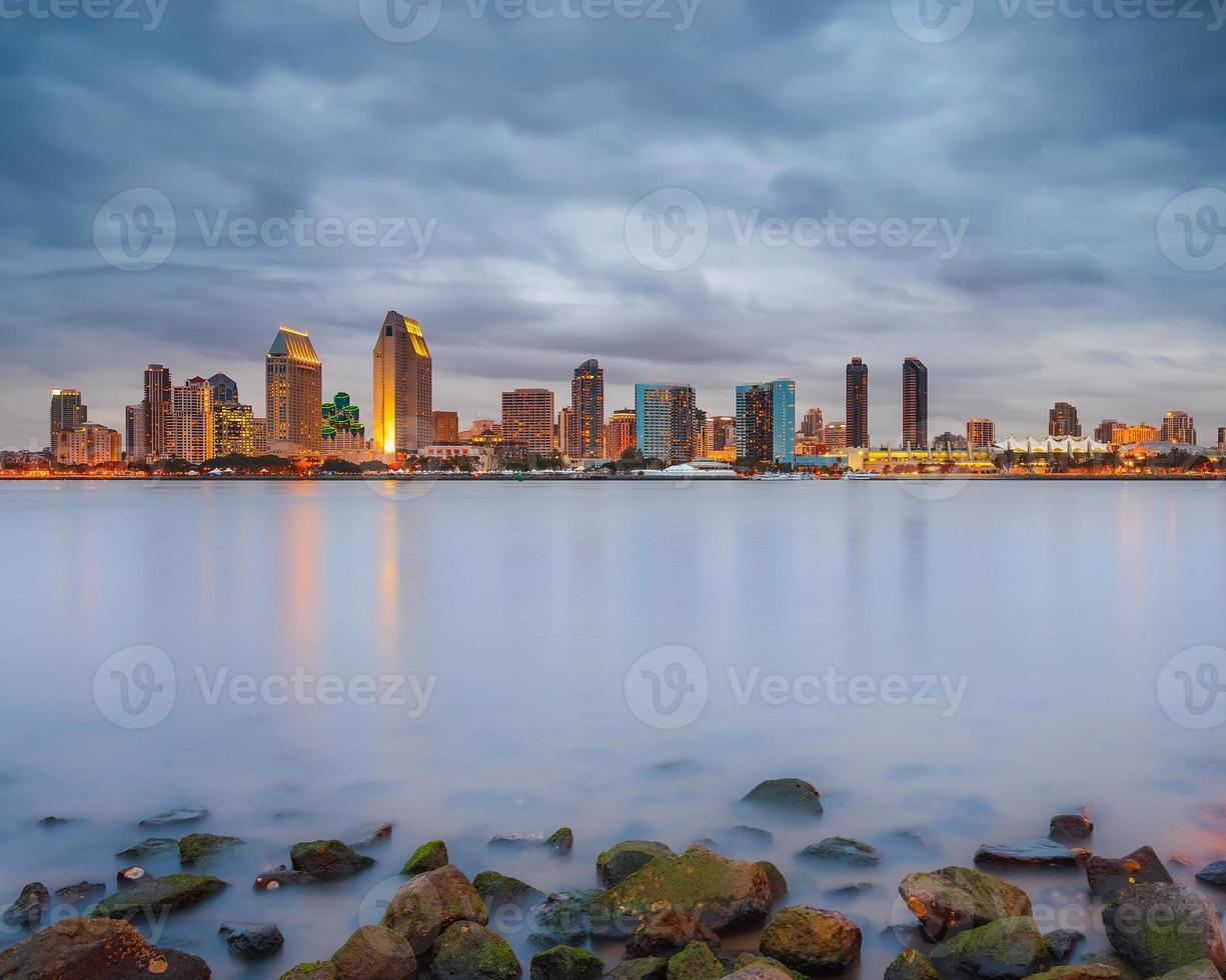 ett distansskott av San Diego i skymningen foto
