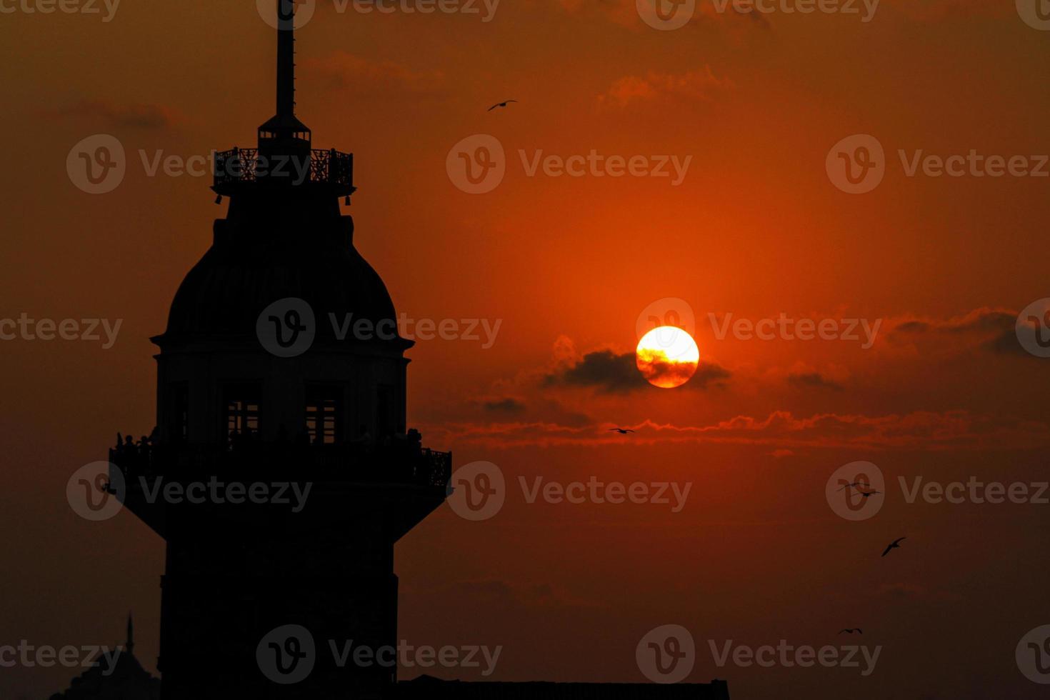 jungfru torn i istanbul solnedgång foto