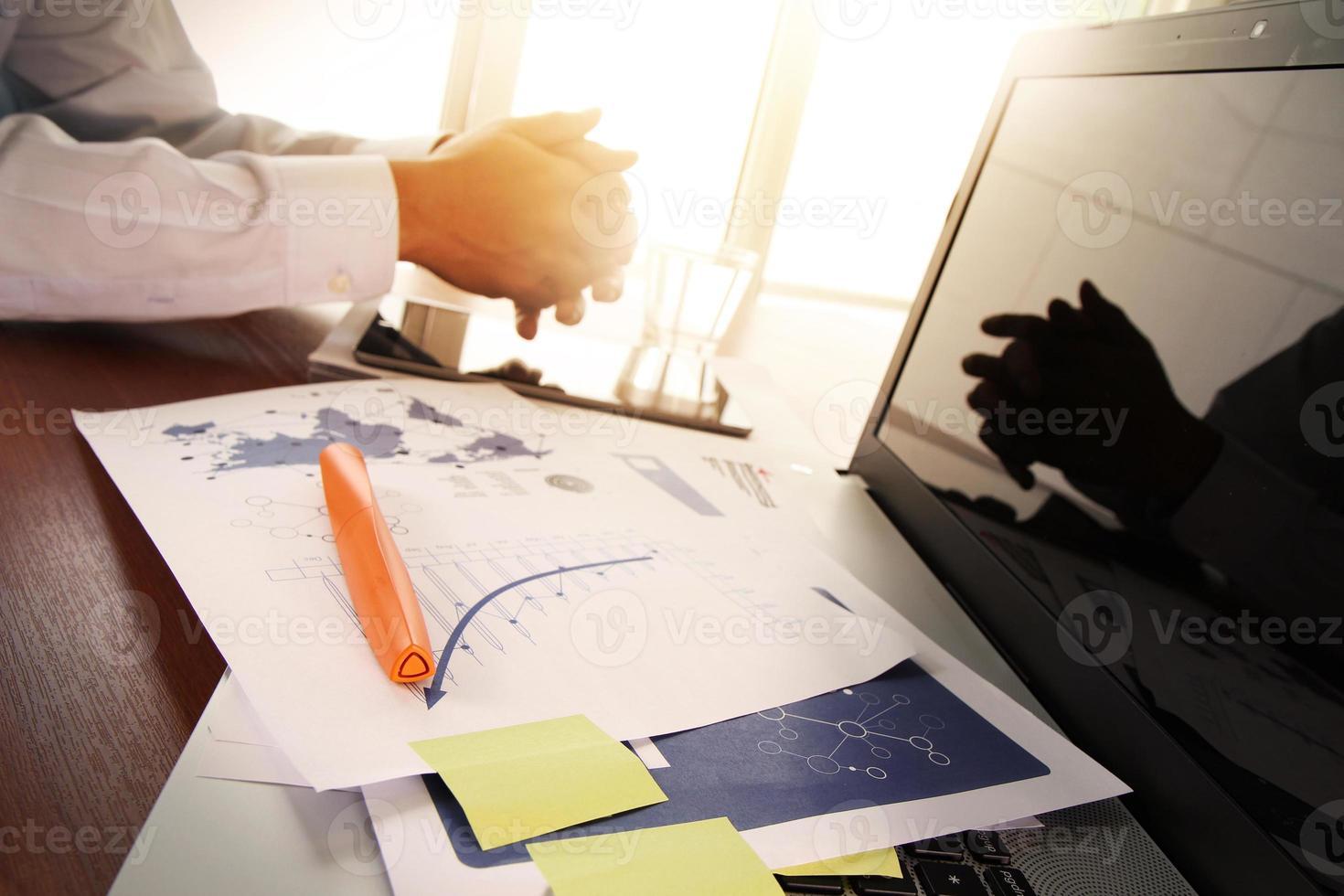 affärsdokument på kontorsbordet med smart telefon foto
