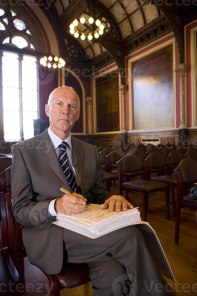 senior manlig registrator som förbereder sig för att underteckna dokument, porträtt foto