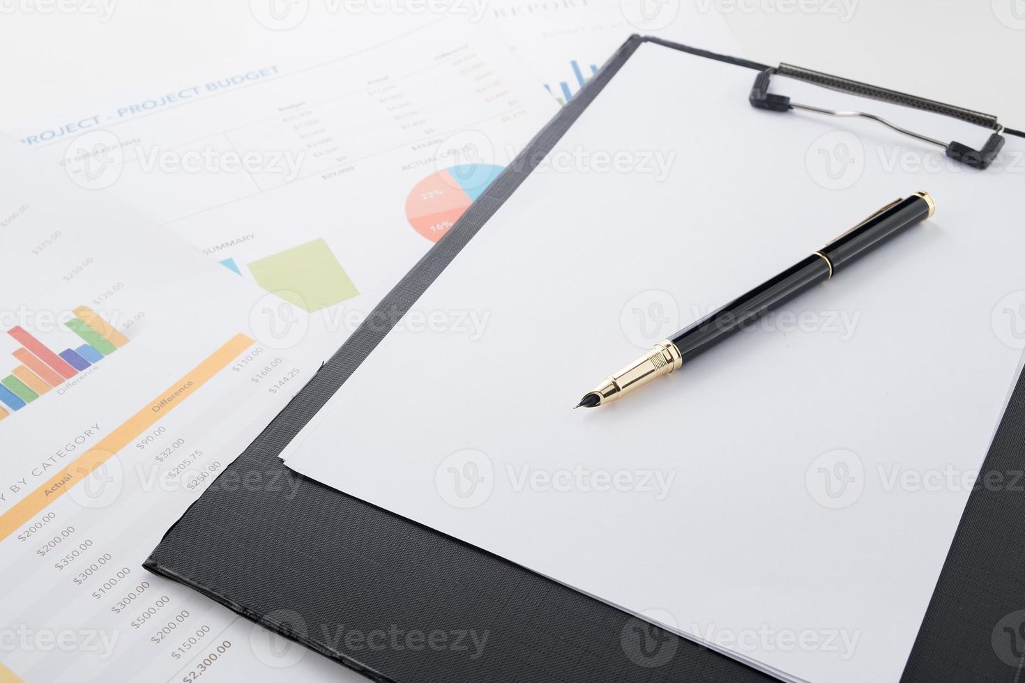 ekonomiskt dokument och penna på kontorsarbetsbordet foto