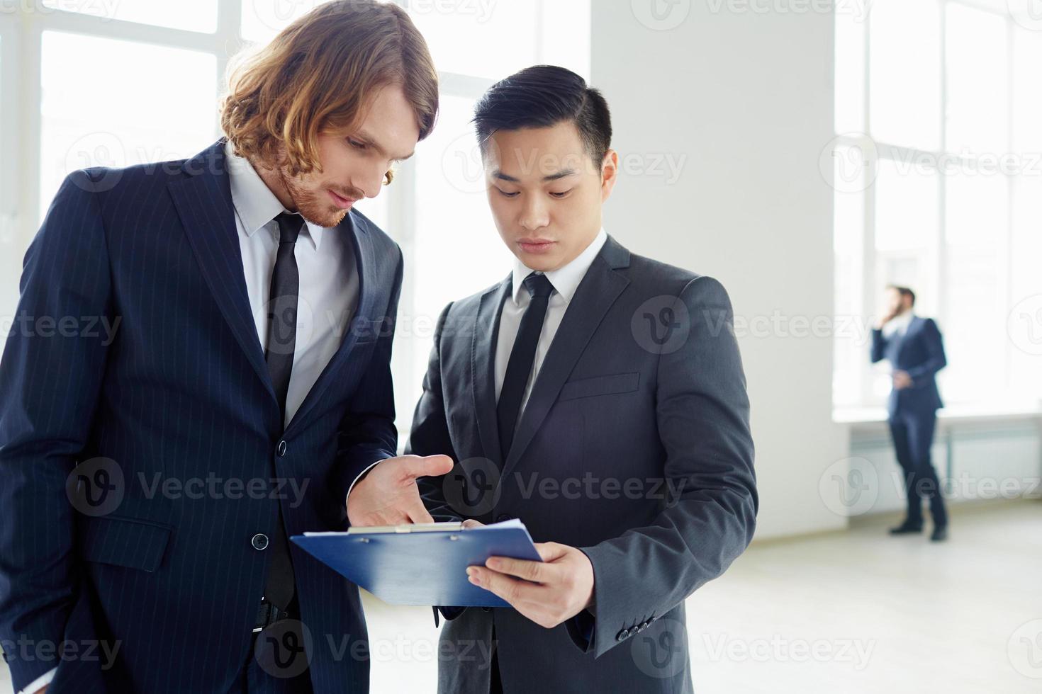 diskuterar plan foto