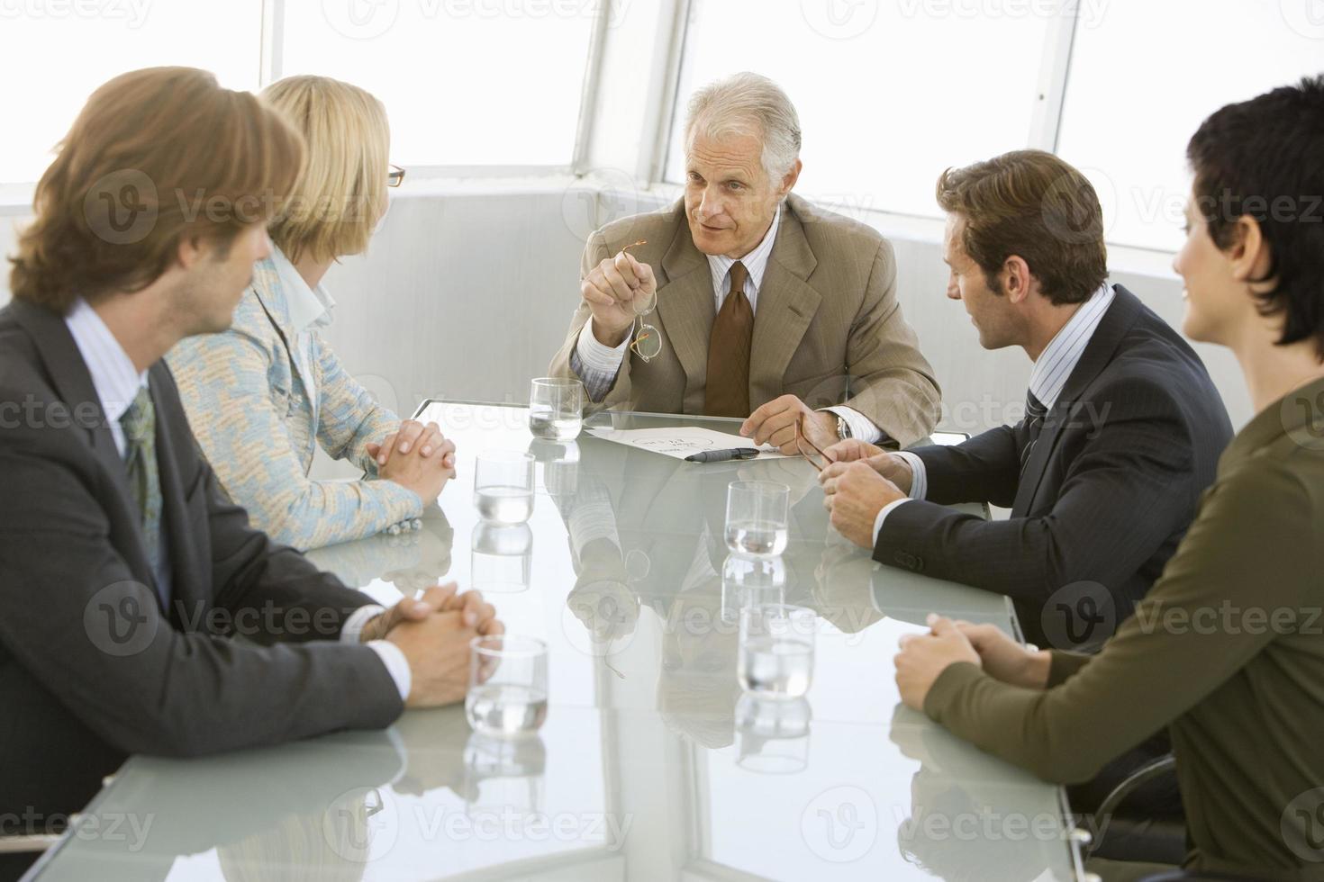 affärsmän som diskuterar i konferensrum foto