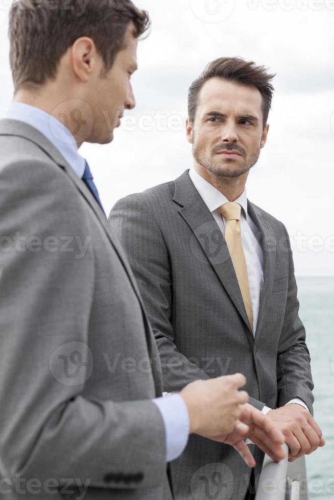affärsmän som diskuterar på terrassen foto