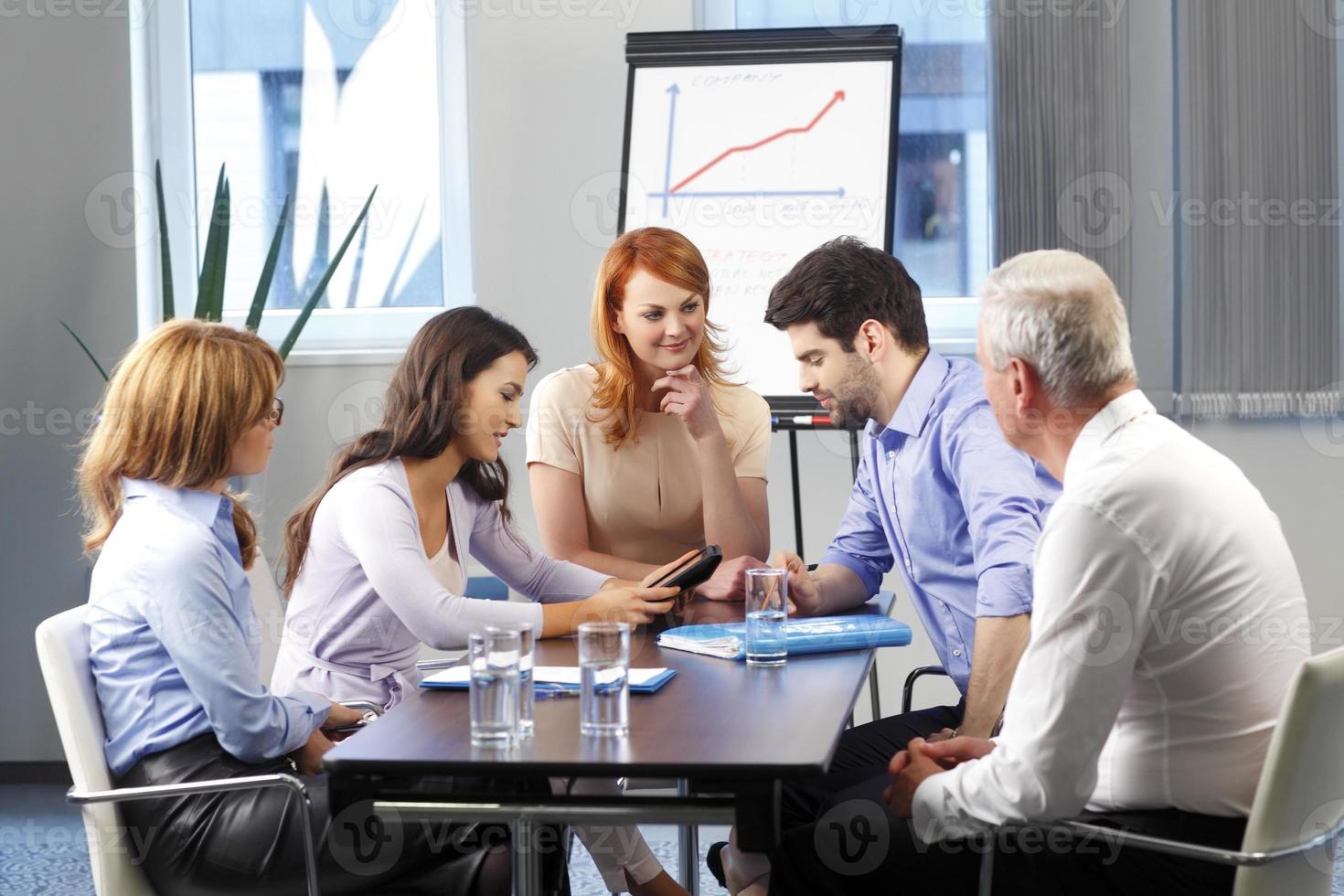 affärsmän som diskuterar vid mötet foto
