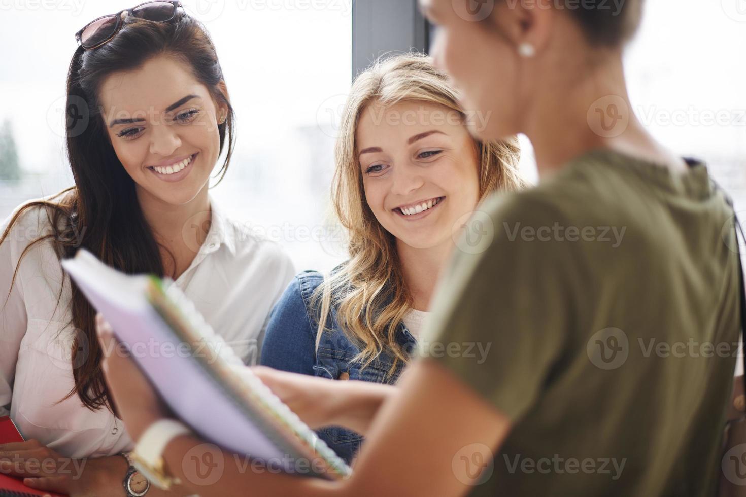 arbetar tillsammans före tentamen foto