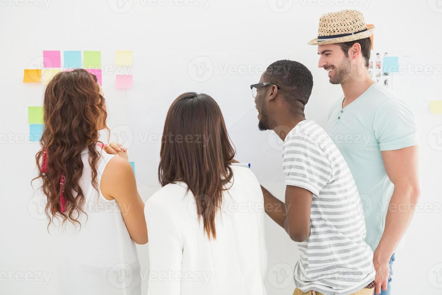 bakifrån av kollegor som interagerar tillsammans foto