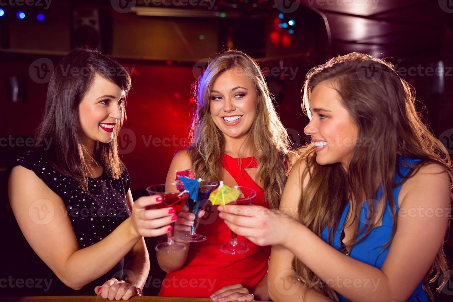 vackra vänner som dricker cocktails tillsammans foto