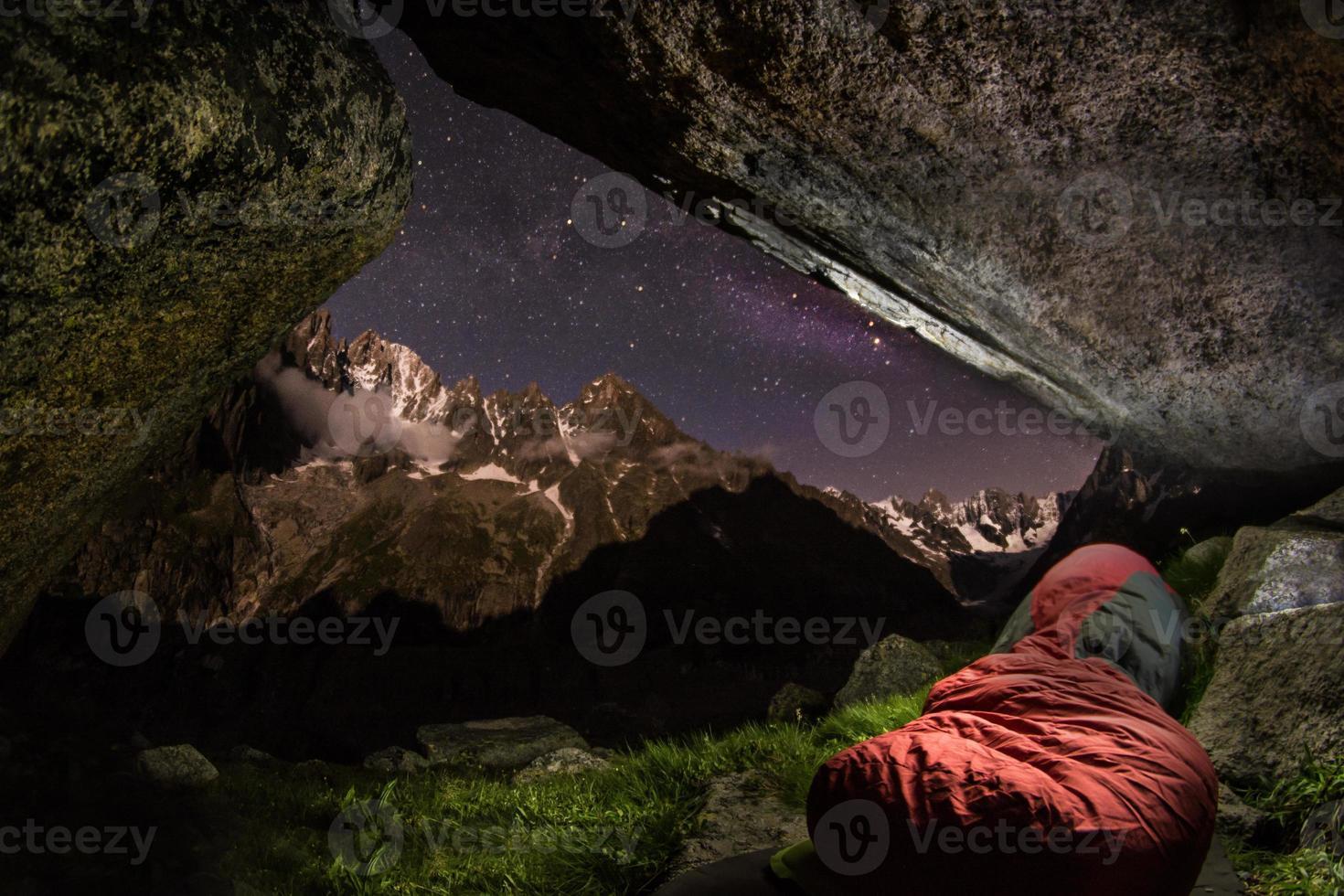 alpin bivuac, sovsäck med charpua glaciar bassin foto