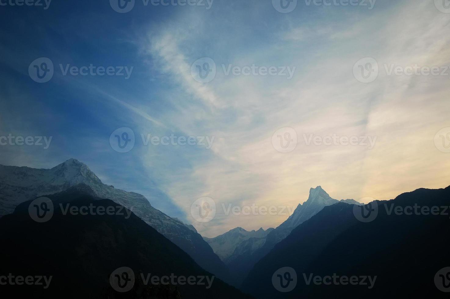 annapurna sortiment. molnig livlig solnedgång. nepal himalaya foto