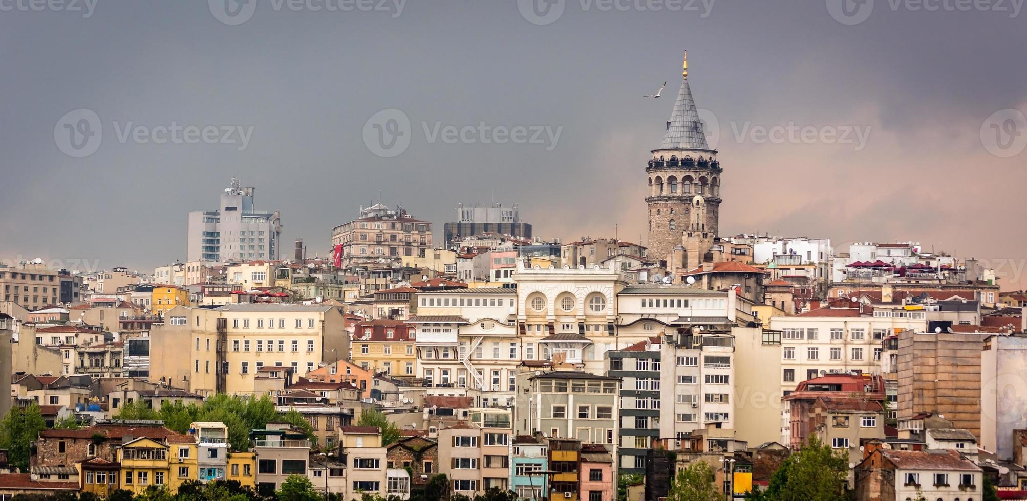 stadsbilden av istanbul. galata torn. molnig stad foto
