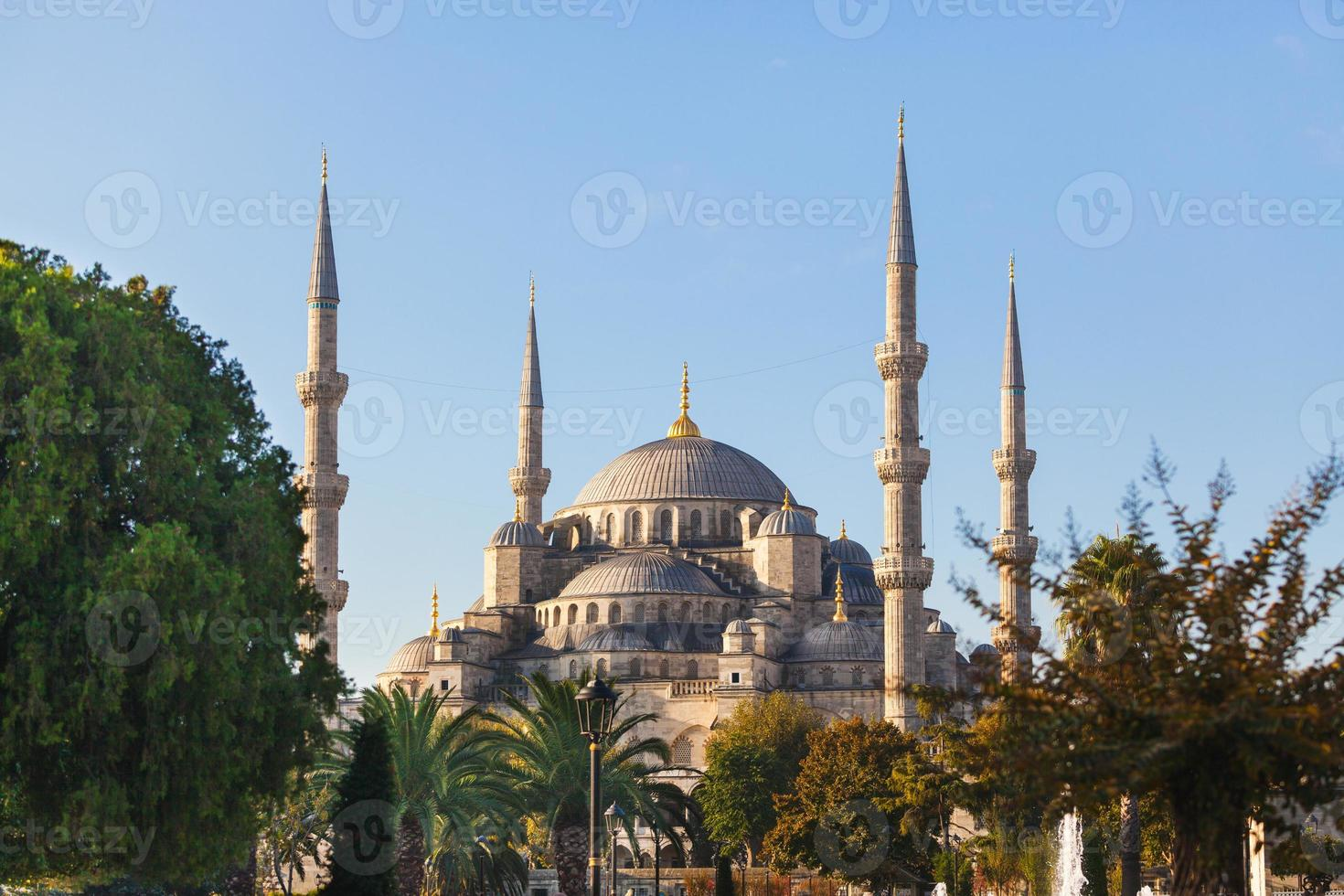 blå moské i istanbul på en solig dag foto