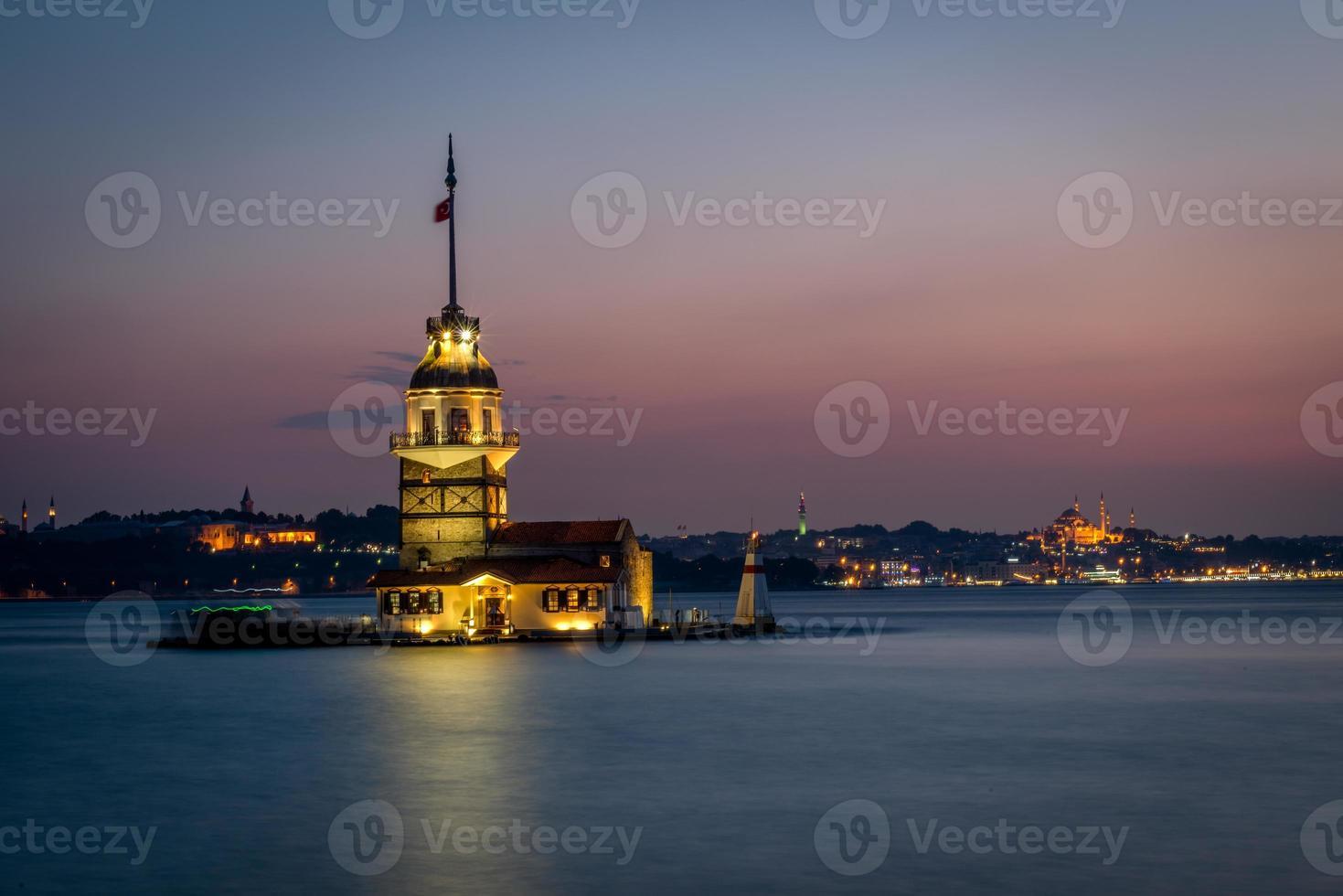 jungfru tornet eller kiz kulesi efter solnedgången foto