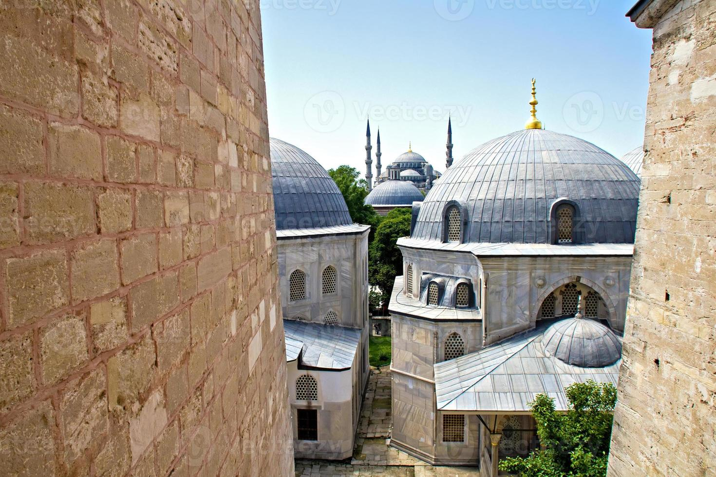 blå moské med kupoler av hagia sophia foto