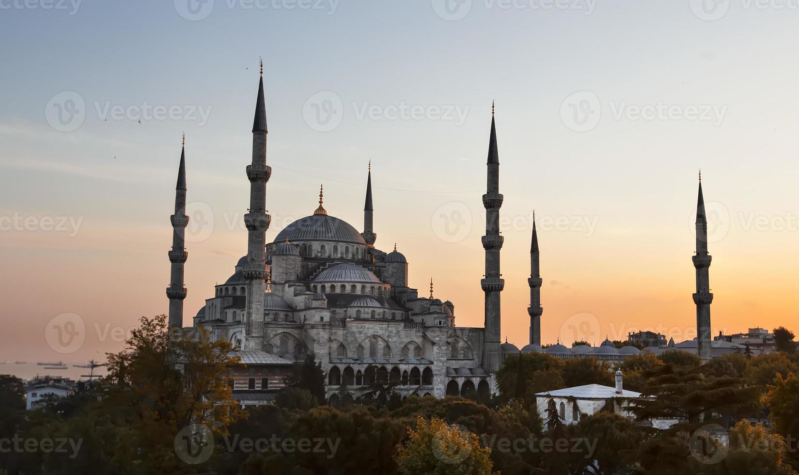 solnedgång över den blå moskén i sultanahmet-distriktet, istanbul, Turkiet. foto